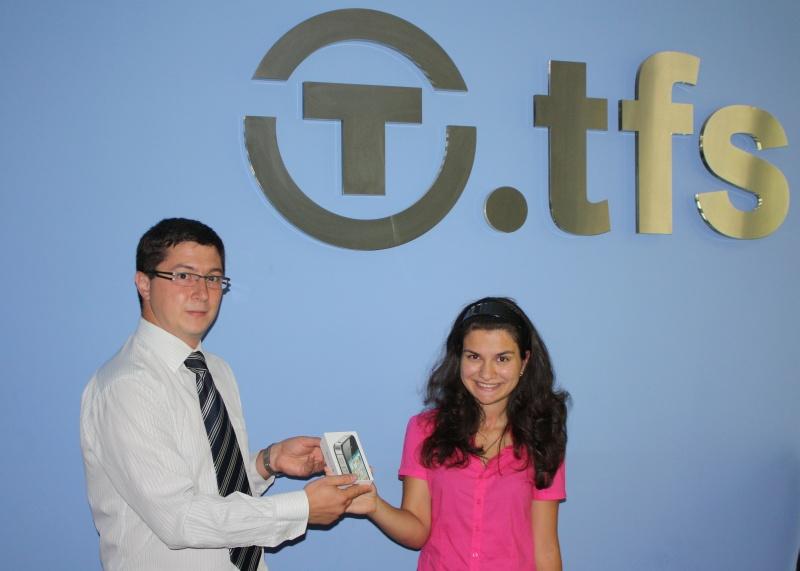 Надежда Стефанова получи голямата награда iPhone 4S от играта, организирана от Транскарт Файненшъл Сървисис ЕАД